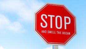 Una parada y huele el tráfico de océano, placa de calle Imagenes de archivo