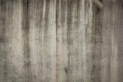 Una pared blanco y negro vieja con las líneas verticales de suciedad y de pintura Superficie áspera de la pared fotos de archivo
