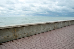 Una pared cerca del mar Imagen de archivo libre de regalías