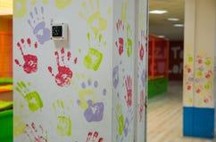 Una pared con las impresiones de la palma imagen de archivo