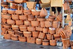 Una pared de cestas de mimbre y de bolsos en el mercado en Europa fotos de archivo