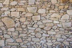 Una pared de la piedra salvaje no tratada áspera Imágenes de archivo libres de regalías