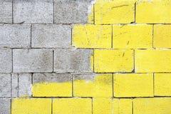 Una pared de ladrillo con color amarillo Foto de archivo