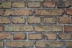 Una pared de ladrillo manchada vieja Imágenes de archivo libres de regalías