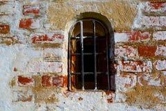 Una pared de ladrillo roja vieja con caído del yeso blanco Foto de archivo libre de regalías