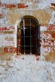 Una pared de ladrillo roja vieja con caído del yeso blanco Imagenes de archivo