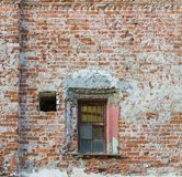Una pared de ladrillo roja vieja con una ventana del edificio restaurado Imagenes de archivo