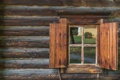 Una pared de madera con la ventana Fotos de archivo libres de regalías