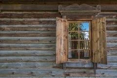 Una pared de madera con la ventana Imágenes de archivo libres de regalías