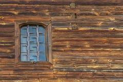 Una pared de madera con la ventana Imagenes de archivo