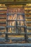 Una pared de madera con la ventana shuttered Foto de archivo libre de regalías