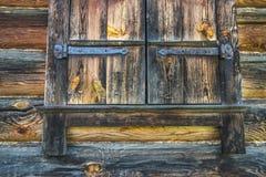 Una pared de madera con las ventanas shuttered Imagen de archivo
