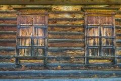 Una pared de madera con las ventanas shuttered Fotos de archivo