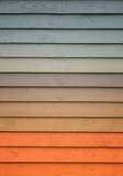 Una pared de madera con una diversa cantidad de colores imagenes de archivo