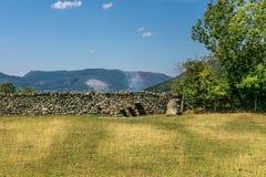 Una pared de piedra con pasos incorporada a ella fotografía de archivo libre de regalías