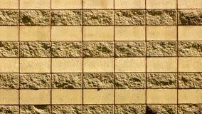 Una pared de una piedra decorativa amarilla salvaje Imagen de archivo libre de regalías