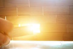 Una pared hecha fuera de los bloques de madera Fotos de archivo libres de regalías