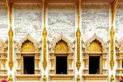Una pared hermosa de un pasillo grande en templo tailandés Fotos de archivo libres de regalías