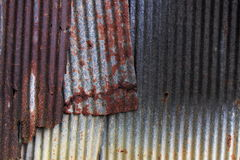 Una pared oxidada de la textura del metal del hierro acanalado Fotos de archivo libres de regalías