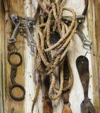 Una pared rústica del sitio de tachuela por completo de la tachuela del caballo del vintage Fotografía de archivo