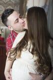 Una pareja beso-feliz apacible que aguarda el nacimiento de su niño Imagen de archivo