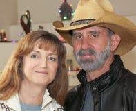Una pareja casada con las luces de la Navidad detrás Fotografía de archivo libre de regalías