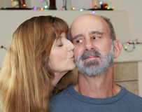 Una pareja casada con las luces de la Navidad detrás Imagenes de archivo