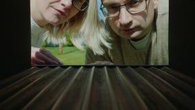 Una pareja casada mira en un buzón vacío, trastorno - ningunas letras almacen de metraje de vídeo