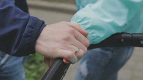 Una pareja casada se está colocando con un cochecito y hablar metrajes