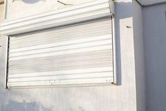 Una parete con i ciechi di finestra fuori fotografia stock