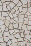 Una parete del mosaico delle mattonelle beige, grige, verde chiaro e rosa-chiaro Immagine Stock