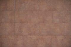 Una parete delle mattonelle di pietra con il dettaglio fine sulla superficie e sulla struttura approssimativa Fotografie Stock