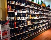 Una parete di birra in un supermercato Immagini Stock