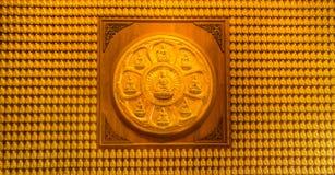 Una parete di milione statue Lord Buddhas Immagini Stock