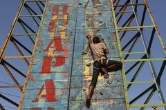 Una parete rampicante di pratica del bambino Immagine Stock Libera da Diritti