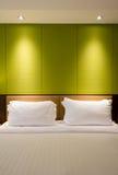 Una parete vuota sopra un letto Fotografie Stock Libere da Diritti