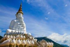 Una parte anteriore cinque di bianco Buddha con il cielo a Wat Pha Sorn Kaew, Khao K Fotografia Stock Libera da Diritti