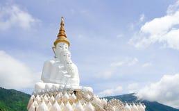 Una parte anteriore cinque di bianco Buddha con il cielo a Wat Pha Sorn Kaew, Khao K Immagine Stock Libera da Diritti