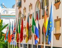 Una parte anteriore internazionale di dodici bandiere i dell'hotel Fotografia Stock