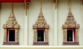 Una parte de la puerta en templo tailandés Foto de archivo libre de regalías