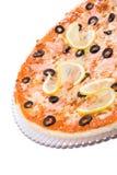 Una parte de pizza con el limón y las aceitunas Imagen de archivo libre de regalías