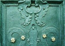 Una parte de puertas adornadas viejas del hierro labrado Fondo arquitectónico del metal con los elementos decorativos Imágenes de archivo libres de regalías