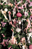 Una parte del árbol de abeto con los ornamentos y las decoraciones Imagenes de archivo