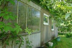 Una parte della casa di campagna con il giardino Immagine Stock Libera da Diritti