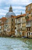 Una parte della città tradizionale di Venezia con il fondo del cielo blu Fotografia Stock Libera da Diritti