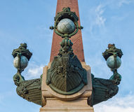 Una parte della decorazione della colonna rostrale di Troitskiy & di x28; Trinity& x29; ponte fotografia stock libera da diritti