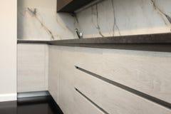 Una parte más inferior de una cocina moderna hecha de la madera Foto de archivo