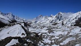 Una parte más inferior de glaciar de Ngozumba y de altas montañas Imagenes de archivo