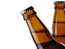 Una parte superiore di due bottiglie da birra Immagini Stock