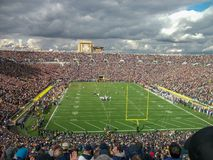 una partita di football americano in uno stadio immagine stock